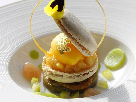 Macaron dessert plating presentation plated desserts - Decoration assiette dessert ...