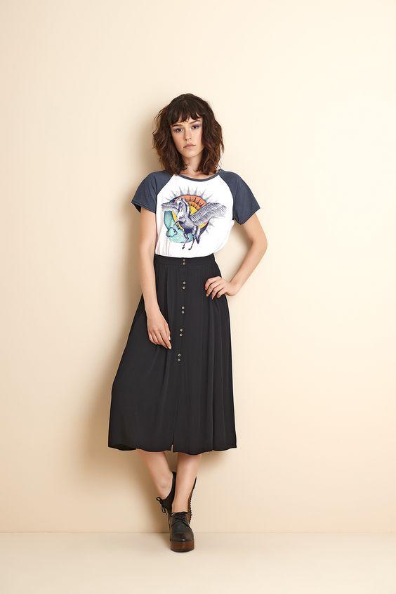 Look maravilhoso t-shirt com saia longa preta