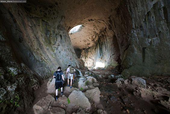 Los Ojos de Dios de la Cueva Prohodna en Bulgaria