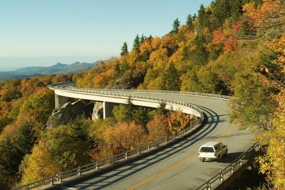 Blue Ridge Parkway-Stretching some 469 miles along the Southern Appalachian Mountains and linking two eastern national parks — Virginia's Shenandoah National Park in Virginia and North Carolina's Great Smoky Mountains.