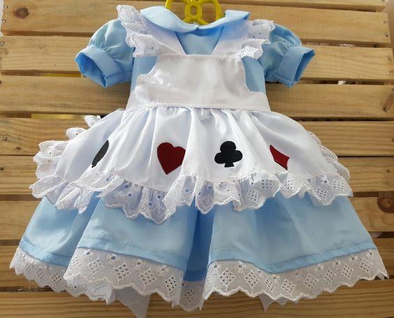 Vestido em Tafetá azul claro  Bico em polyester.  Avental branco liso com patch de copas.    Vestidinho Alice no Pais das Maravilhas.