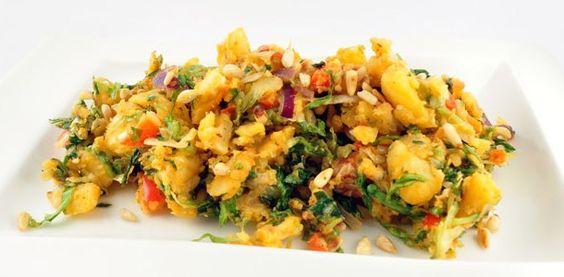 De vegetarische andijviestamppot met rode pesto en pijnboompitten is weer typisch zo'n lekker winters gerecht! Heerlijk smaakvol dankzij de verschillende ingrediënten.