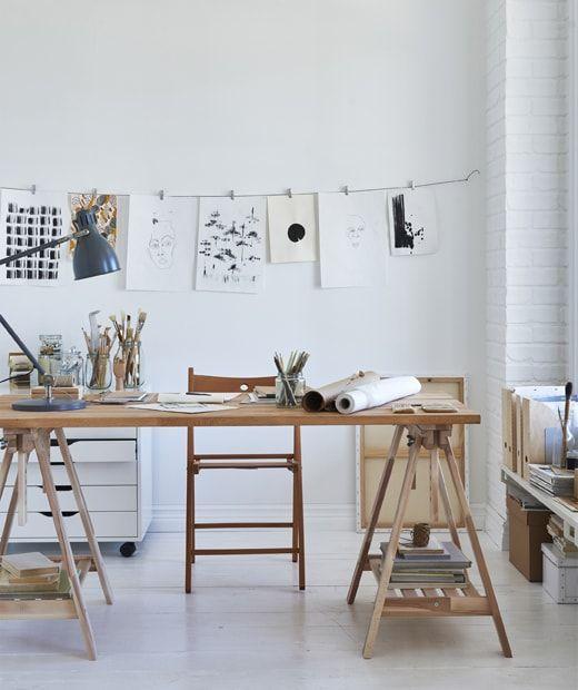 Une Table D Artiste En Bois Montee Sur Des Treteaux Avec Une Composition De Dessins Studio Decor Decor De Bureau A Domicile Inspiration Pour Espace De Travail