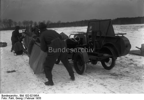 So hat Deutschland abgerüstet ! Nach dem Versailler Vertrag sind Deutschland Tanks verboten. Um die Reichswehr auch mit dieser so äußerst wichtigen Waffe auszubilden, hat man in Deutschland Autos mit Blech verkleidet in Tankwagen verwandelt.