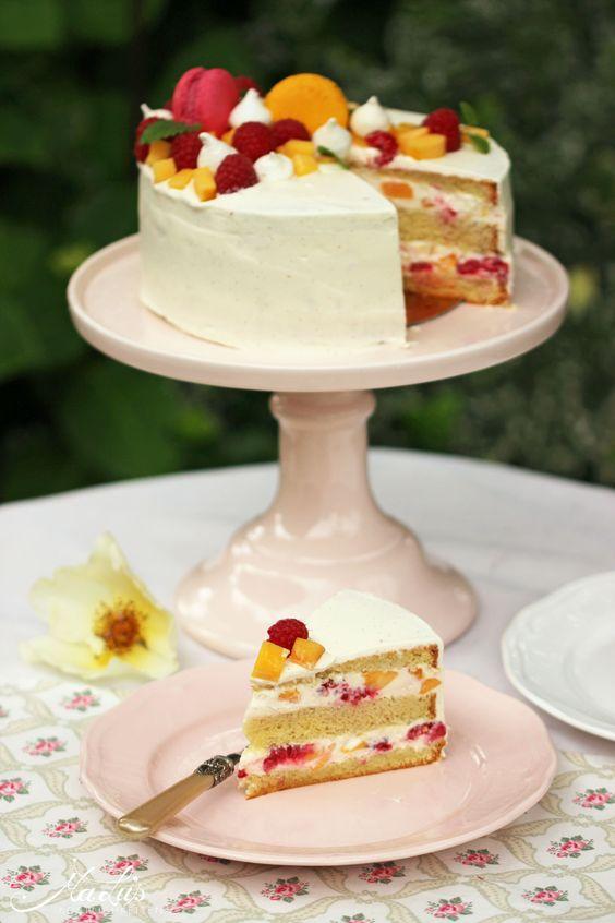 fruchtige Peach Melba Torte - Mandelbiskuit mit Joghurt-Sahne-Creme mit Himbeeren und Pfirsichen oder Nektarinen - https://maluskoestlichkeiten.wordpress.com/2015/07/24/peach-melba-torte/