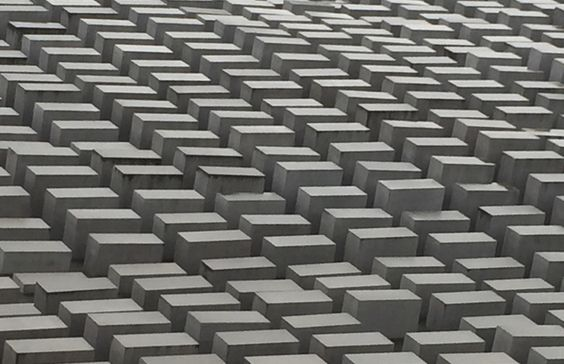 Macht in diesen Zeiten besonders betroffen: Denkmal für die ermordeten Juden Europas, Berlin