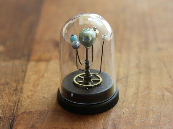 プラネットハンターから届けられた、生まれたばかりの小さな惑星系。専用の小さな標本ドームケースに入れて成長を観察。使用部品  ヴィンテージの時計歯車  ヴィンテ...|ハンドメイド、手作り、手仕事品の通販・販売・購入ならCreema。