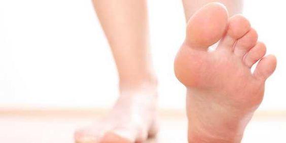 """L'alluce valgo è un problema che riguarda la deformazione del piede, dovuta alla lassità dei legamenti e dei muscoli dell'alluce e della volta plantare. Ciò dà vita alla protuberanza che è tipica proprio dell'alluce valgo.  L'alluce valgo, si tratta di una delle patologie più diffuse a carico del piede e riguarda una vera e propria deformazione laterale della falange del primo dito. Si forma la cosiddetta """"cipolla"""" che è causata soprattutto da infiammazione e sfregamento del piede…"""