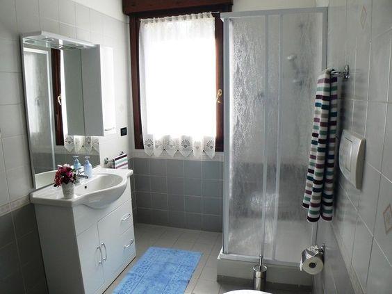Alcuni mesi a Bologna Grazioso openspace all inclusive Confortevole ambiente unico con bagno e balcone. Periodo minimo consentito 1 mese, max 6 con possibilità di rinnovo. Arredato, accessoriato, condizionatore d'aria.