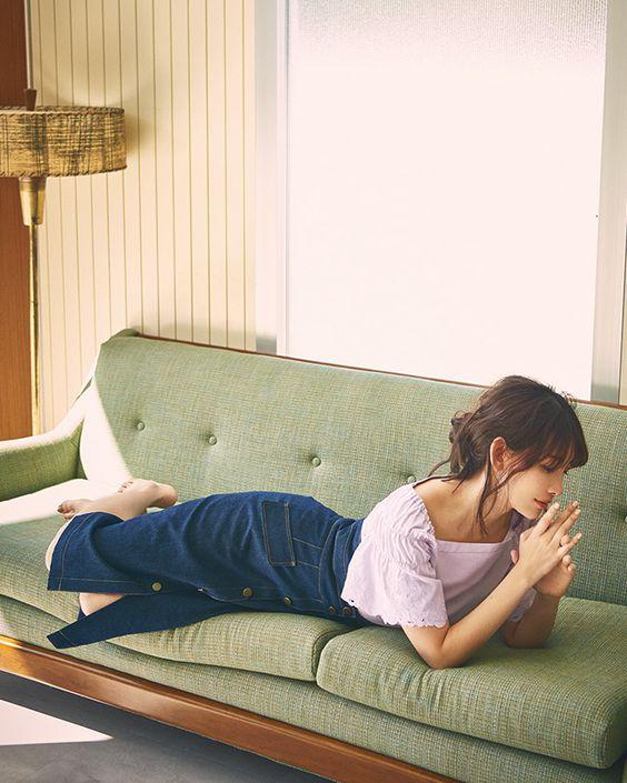 ソファで寛ぐかわいい小嶋陽菜