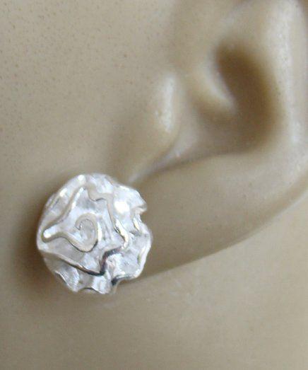 Pequenos brincos de prata 925 com rosinhas estilizadas. Brincos de pino 35,00