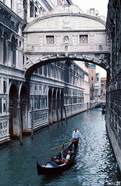 Le nom Pont des Soupirs suggère le soupir exprimé par les prisonniers conduits devant les juges, lors de leur dernier regard porté sur Venise. C'était donc la dernière image de la liberté pour ceux qui allaient finir leurs jours en prison.