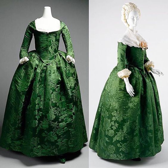 Round gown, American, ca. 1775. Metropolitan Museum of Art Popular around the 1770s through late 18th century, the round gown was similar to the robe a l'anglaise. It is not an open robe but rather the skirt and petticoat are as one. The gown has a front-closing bodice with no stomacher.