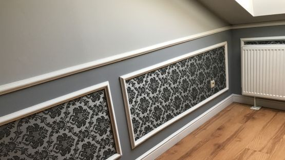 Wandkasetten Aus Styroporleisten Graue Wandfarbe Und Mustertapete Styroporleisten Stuckleisten Styropor