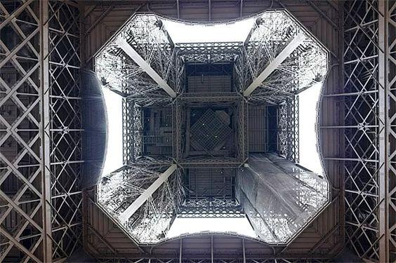 Eyfel Kulesi'nin alttan görünüşü.