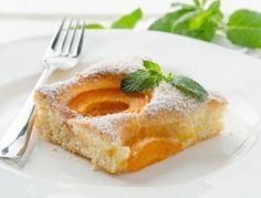 Für den Marillenkuchen zunächst ein Backblech mit Backpapier auslegen. Das Backrohr auf 170 °C Heißluft vorheizen. Die gewaschenen Marillen