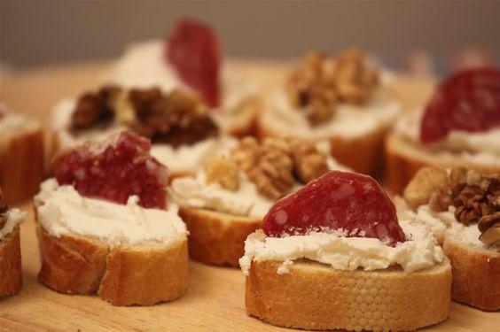 Crostini philadelphia e noci, un antipasto velocissimo per una cena improvvisata o finger food per un aperitivo!