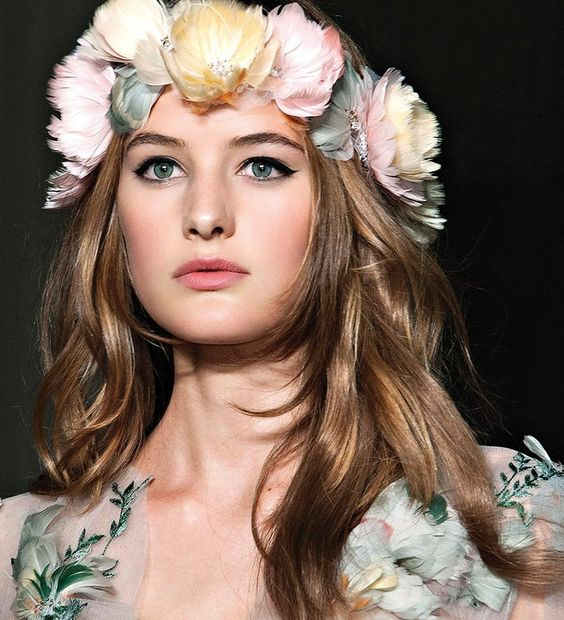 Maquiagem e flores na cabeça tendência para festas ao ar livre estilo Havai