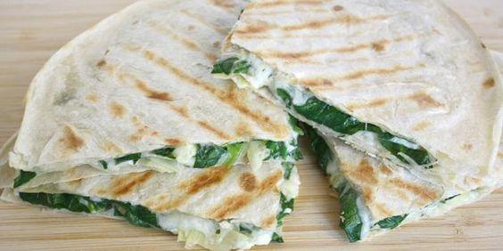 Detox quesadilla met spinazie, rode ui, pijnboompitjes en geitenkaas