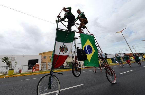 Adeptos a chegada ao estádio Castelão em Fortaleza, Brasil AFP PHOTO  VANDERLEI ALMEIDA