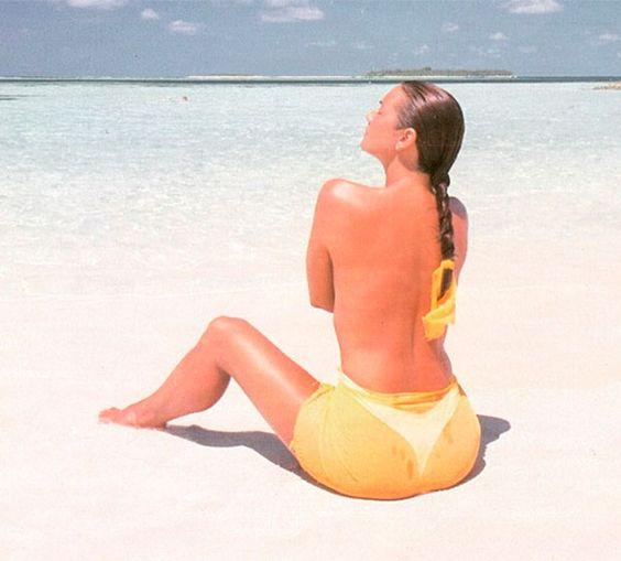 Luiza Brunet deixa a parte de cima do biquíni em casa e faz topless, veja mais!