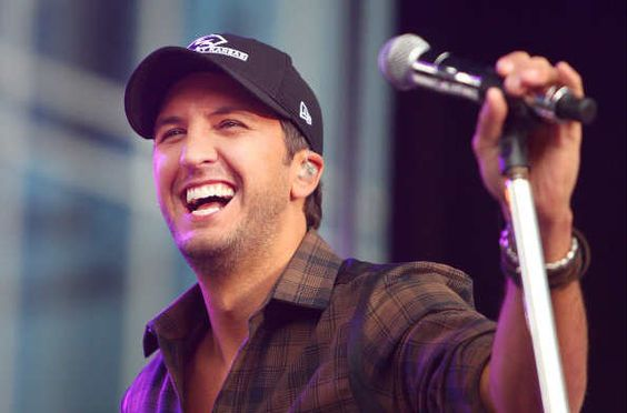 Luke Bryan Gets A Special Surprise During Concert!