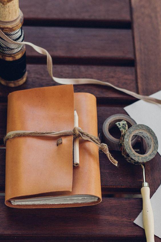Cómo hacer una libreta con tus propias manos a base de papel reciclado, una pequeña pieza de cuero, una pizca de paciencia y poco más!