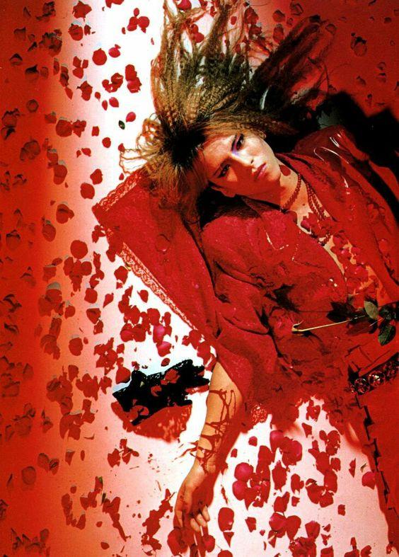 赤いバラの花びらの中の赤い衣装を着たXJAPAN・YOSHIKIの画像