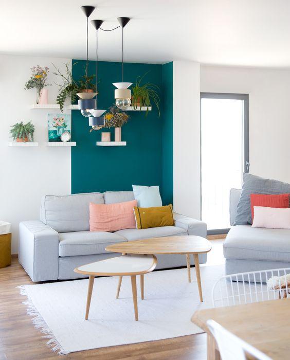 Salon // Coin de mur peint // Bleu canard // Mur végétal