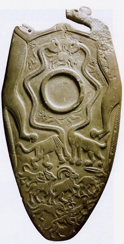 """Una paleta ceremonial descubierta también en Hieracónpolis es la llamada """"paleta de los perros"""""""