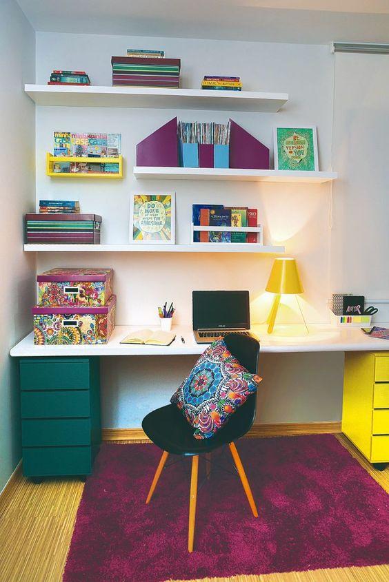 Tons de roxo e amarelo instigam a criatividade! Que tal um home office com  decoração colorida e um abajur amarelo para despertar o seu melhor?