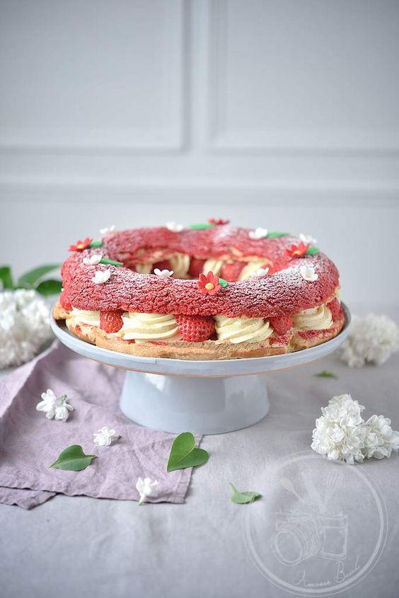 Voici une recette issu d'un croisement entre un Paris-Brest pour la forme et la pâte à choux, et un fraisier pour sa composition. Ce dessert, je l'ai réalisé ce WE pour l'anniversaire de ma maman. Comme beaucoup de monde, on aime le fraisier mais ce gâteau...