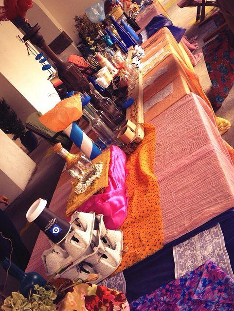 La mesa del Sombrero. Creada con materiales 100% reutilizados. Diseño, teatro y más en Alicia en la Casa que Canta