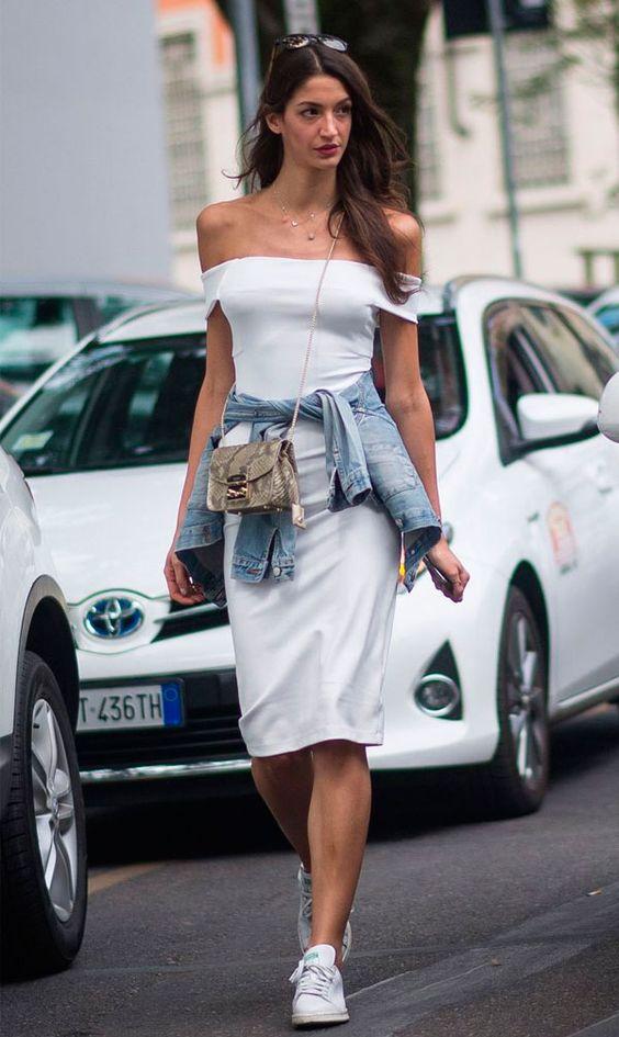 vestido ombro a ombro + jaqueta jeans: