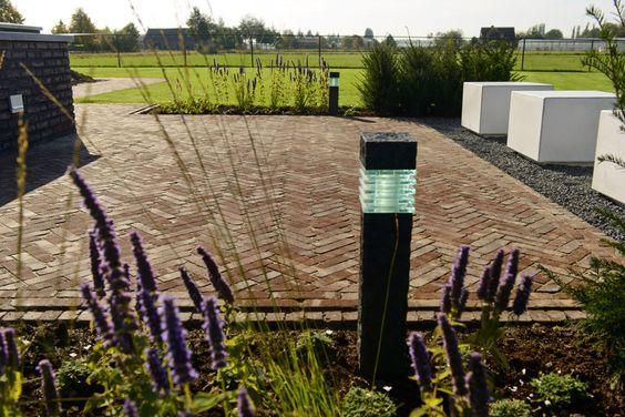 Terras met moderne witte blokken, kiezel en gebakken klinkers van Bylandt