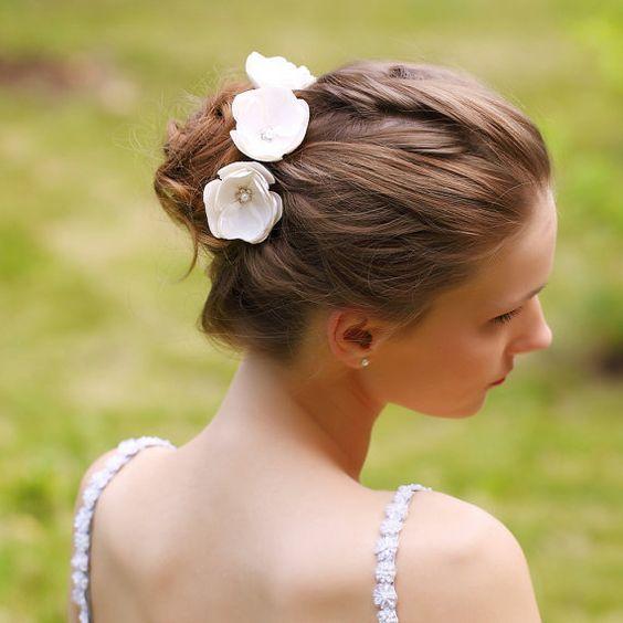 40 Inspirujacych Fryzur Slubnych Dla Posiadaczek Wlosow O Sredniej Dlugosci Flower Girl Hair Piece Bridal Flower Hair Pins Bridal Hair Flowers