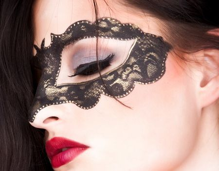 Máscara de carnaval de renda colada no rosto e maquiagem