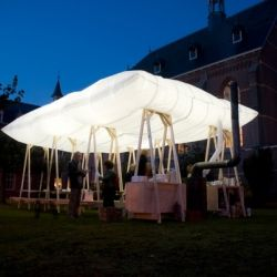 « Het dak dat opgaat in rook » (the roof that goes up in smoke) is a floating roof with a bar and a wood stove covering a mobile picnic table, by Dutch design studio Overtreders W.