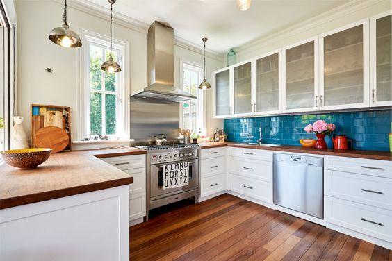 Modern vintage kitchen with shaker style cabinets and teal splashback – INSIDESIGN