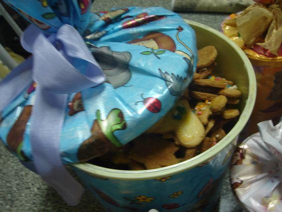 1 kg de trigo  - 500 g de manteiga  - 4 xícaras de açúcar  - 3 ovos inteiros  - Granulado colorido para decorar  - Gema de ovo para pincelar  -