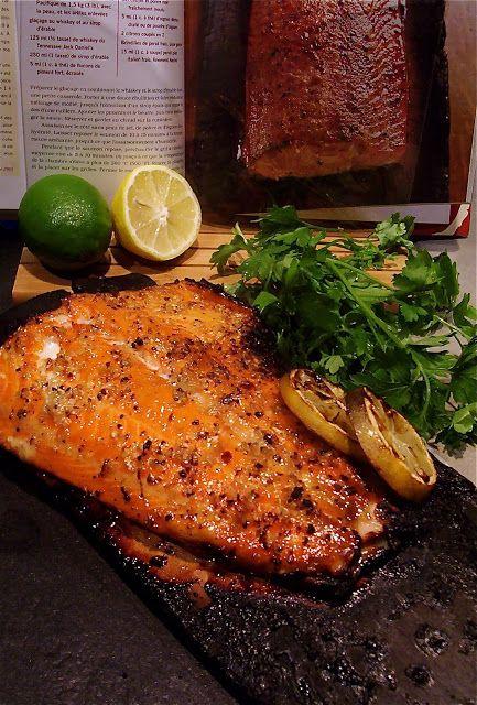 Saumon sur planche de cèdre   avec glaçage au whiskey et au sirop d'érable   ( le barbecue et ses secrets )   1 planche de cè...