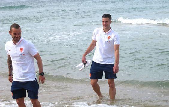 Van Persie, atrás de Sneijder, foi o único que se arriscou no mar de Ipanema (Foto: Thales Soares)