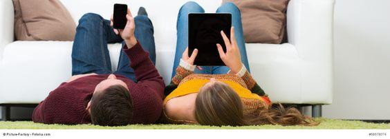"""Ein junges Paar studiert von zu Hause aus. Dieses Foto ist Teil der Serie """"Fernstudium"""" ein bekannter Fernstudium Anbieter ist die IUBH: http://www.erfahrungen.com/mit/IUBH-Fernstudium/"""