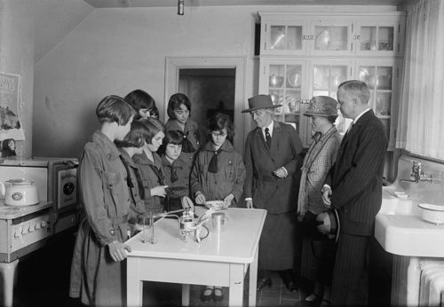Lou henry hoover dr and mrs james ford at girl scouts little house may 16 1925 roaring20s - The scouts tiny house ...