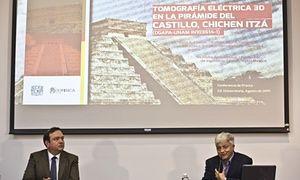 René Chávez (derecha), investigador del Instituto de Geofísica de la Universidad Nacional Autónoma de México, habla junto a Arturo Iglesias, director del instituto, sobre el descubrimiento.
