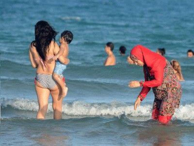 70 anni fa nell'atollo di Bikini scoppiò l'atomica che spaccò in due pezzi il costume di Brigitte Bardot e fu la conquista femminile del bikini. Nel 2...