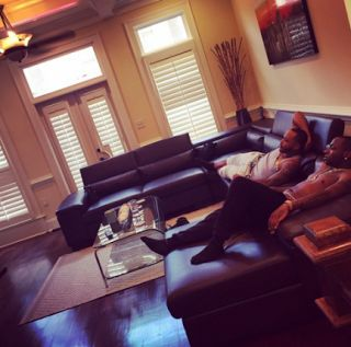 WELCOME TO V.S.B.M.CREW'S BLOG    : PHOTOS-Davido relaxes in new acquired home with co...