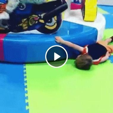 Menininho se sentindo confortável no chão do parquinho