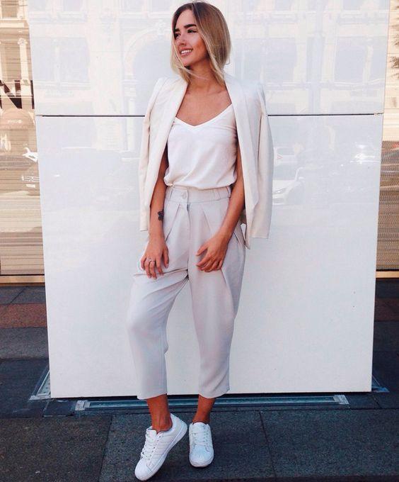 Look monocromático da blogueira Katrina Mezenova para o escritório.: