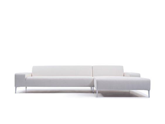 DE PERFECTE COMBINATIE TUSSEN COMFORT EN ELEGANTIE Door te zoeken naar de juiste dialoog tussen comfort en elegantie, ontstond dit ontwerp. Het experiment om architecturale volumes een uitstraling van comfort en elegantie te bezorgen, is hier zeer geslaagd. De combinatie van rechte en gebogen lijnen zorgt voor een sterke identiteit en geeft zo een architecturale meerwaarde. De elegante uitstraling van het model wordt nog extra versterkt door het gebruik van een fijne aluminium poot.